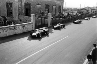 Stirling Moss, Porsche 718, leads Innes Ireland, Lotus 18-Climax, Wolfgang von Trips, Ferrari Dino 156, Olivier Gendebien, Cooper T51-Climax, and Jack Brabham, Cooper T43-Climax, into the hairpin after the start
