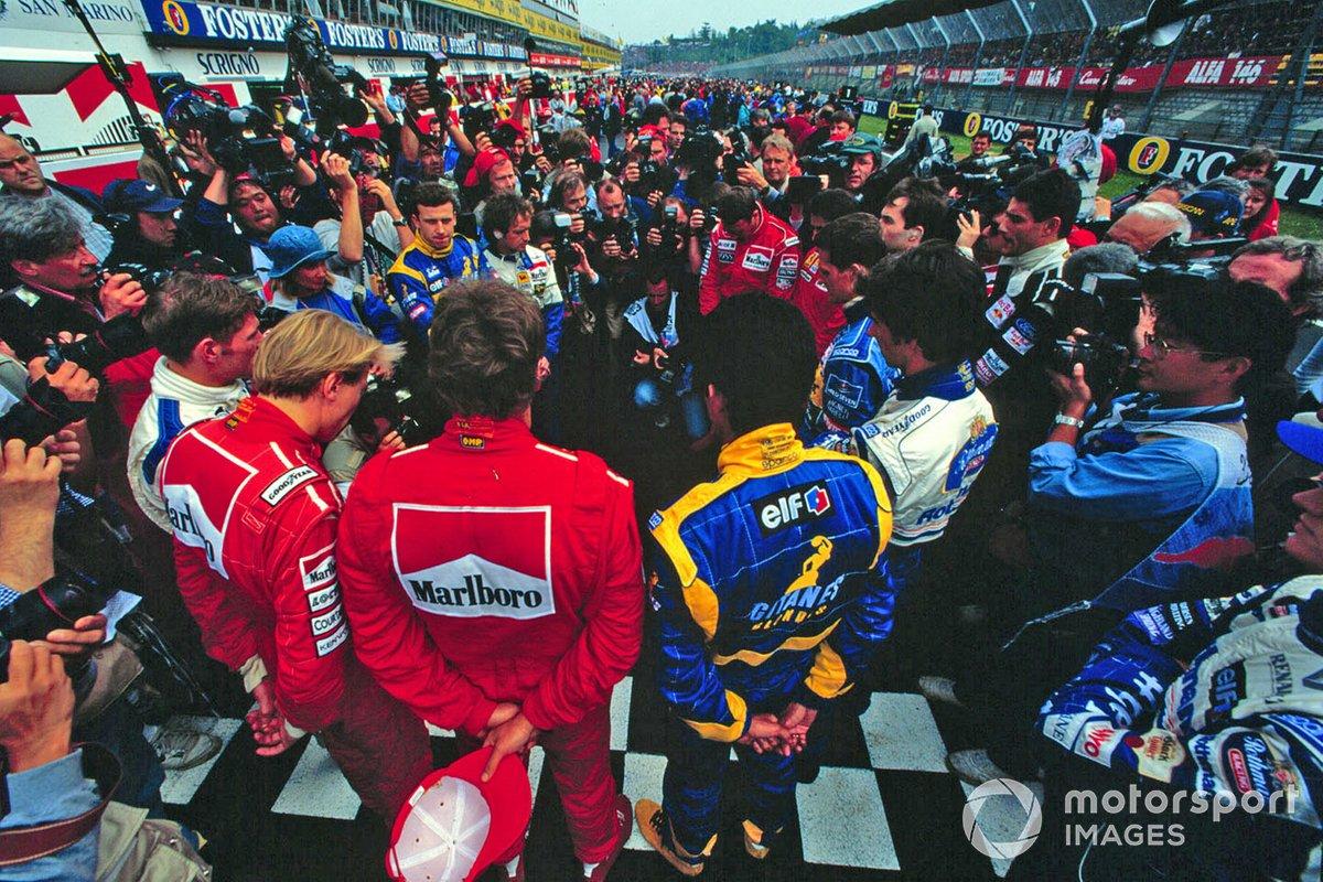Los pilotos se paran en la parrilla, en memoria de un año después de las muertes de Ayrton Senna y Roland Ratzenberger