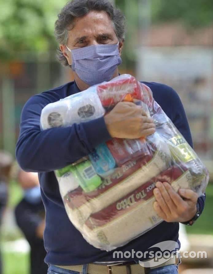 Nelson Piquet doando cestas básicas