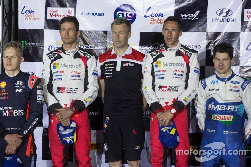 Podio: los ganadores Sébastien Ogier, Julien Ingrassia, Toyota Gazoo Racing WRT Toyota Yaris WRC