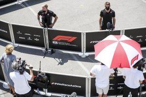 Kevin Magnussen, Haas F1 en Romain Grosjean, Haas F1 met de media