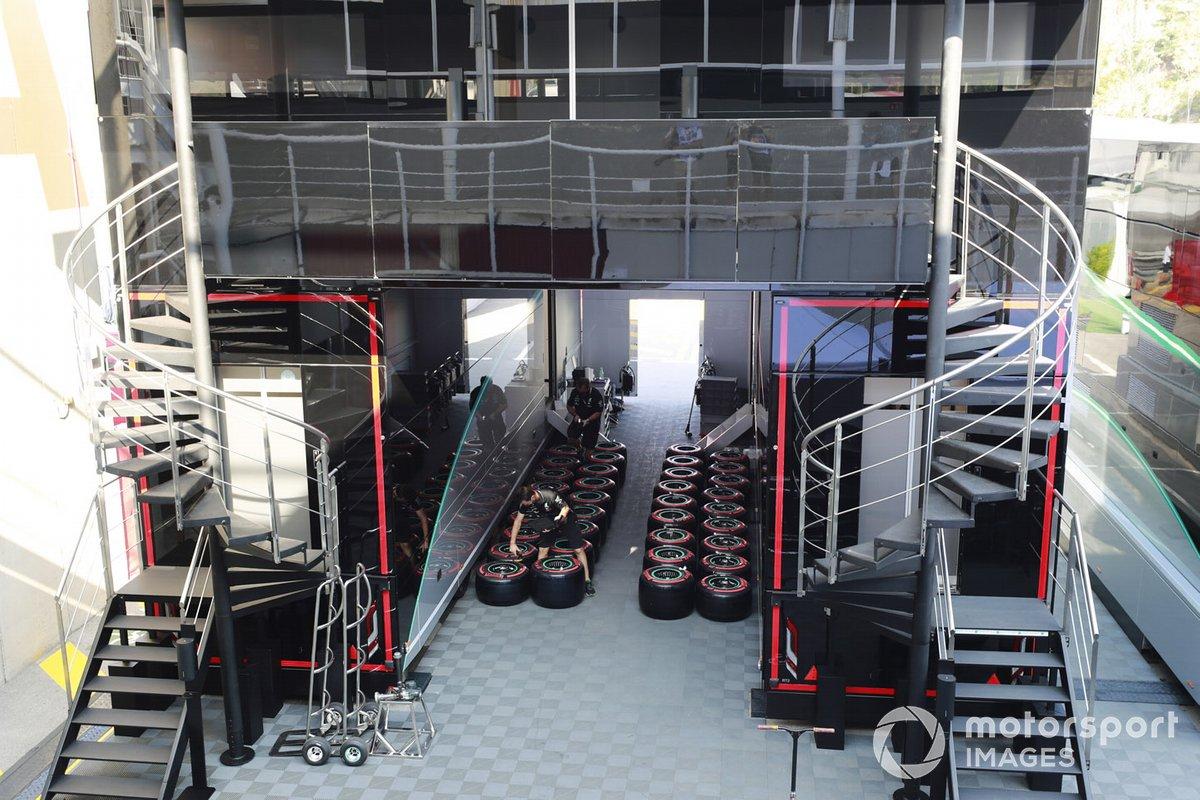 Miembros de Mercedes trabajan con los neumáticos Pirelli