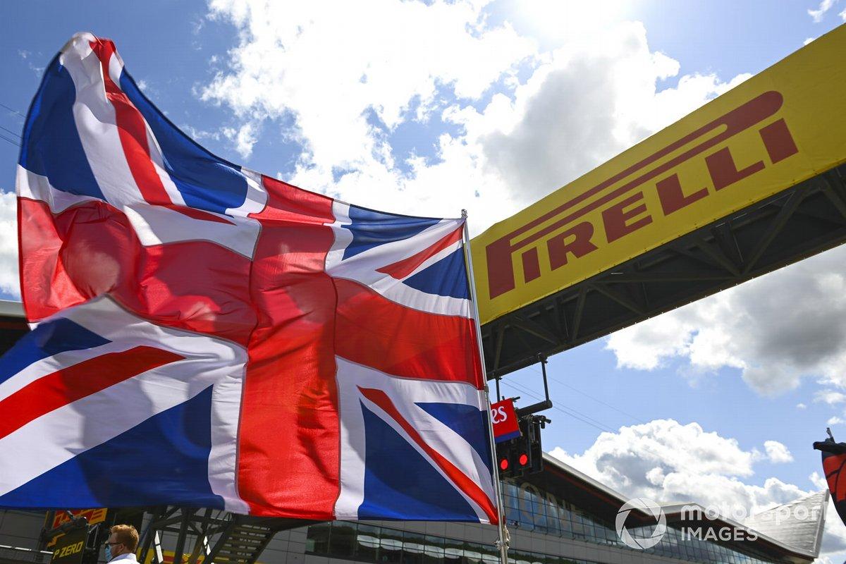 La bandera de la Gran Bretaña ondea en la parrilla antes de la salida