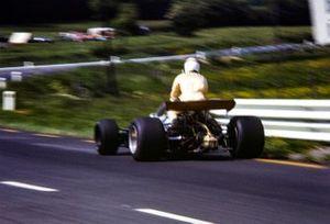 Jackie Stewart es llevado de vuelta al pit lane por Derek Bell, Brabham BT26 Ford