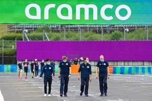 Sergio Sette Camara cammina in pista con i membri del team