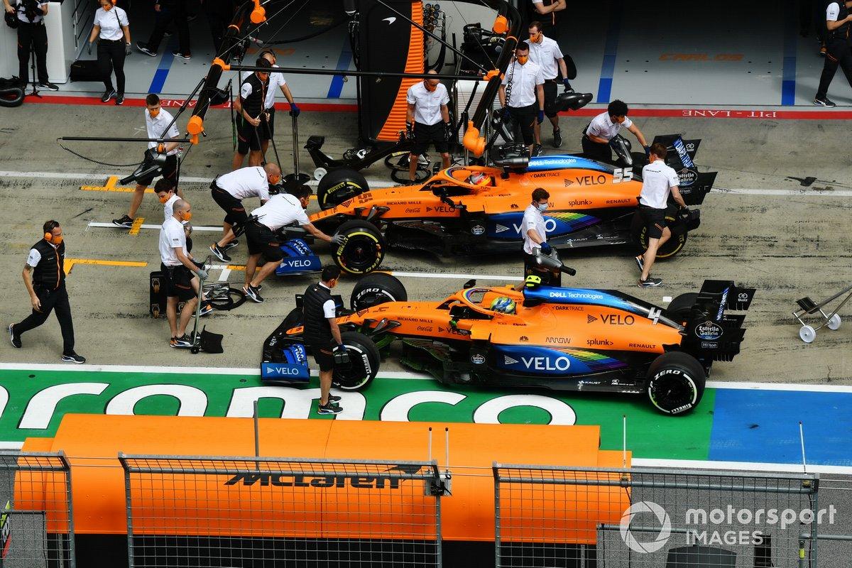 Carlos Sainz Jr., McLaren MCL35, y Lando Norris, McLaren MCL35