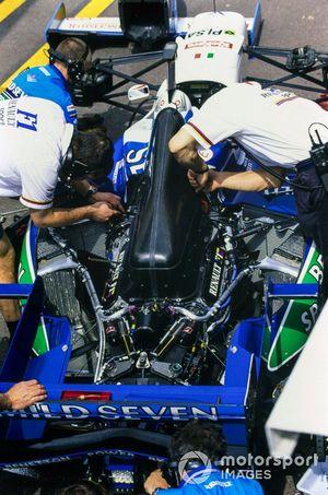 Los mecánicos con el Benetton B196 de Jean Alesi