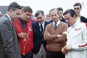 Jim Clark, Equipo Lotus, Keith Duckworth, Neumáticos Firestone, Walter Hayes, Ford, y el jefe del equipo Lotus, Colin Chapman