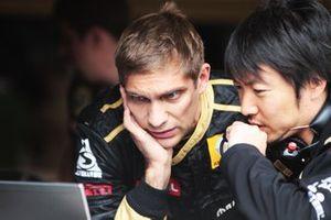 Vitaly Petrov, Lotus Renault GP R31 con Ayao Komatsu Lotus Renault GP Race Engineer