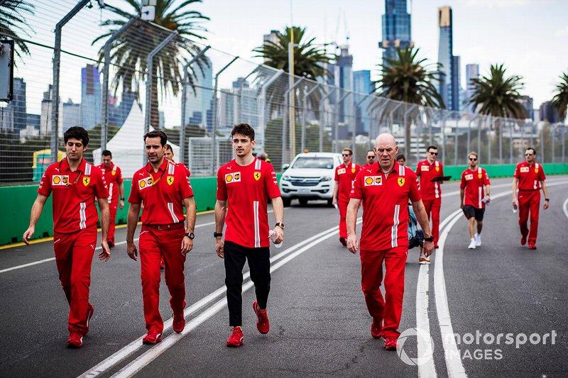 Charles Leclerc, Ferrari cammina in pista con i membri del team incluso Jock Clear, ingegnere di gara, Ferrari.