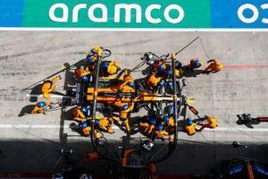 Lando Norris, McLaren MCL35, fa un pit stop