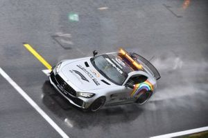 Машина безопасности едет по трассе в Шпильберге