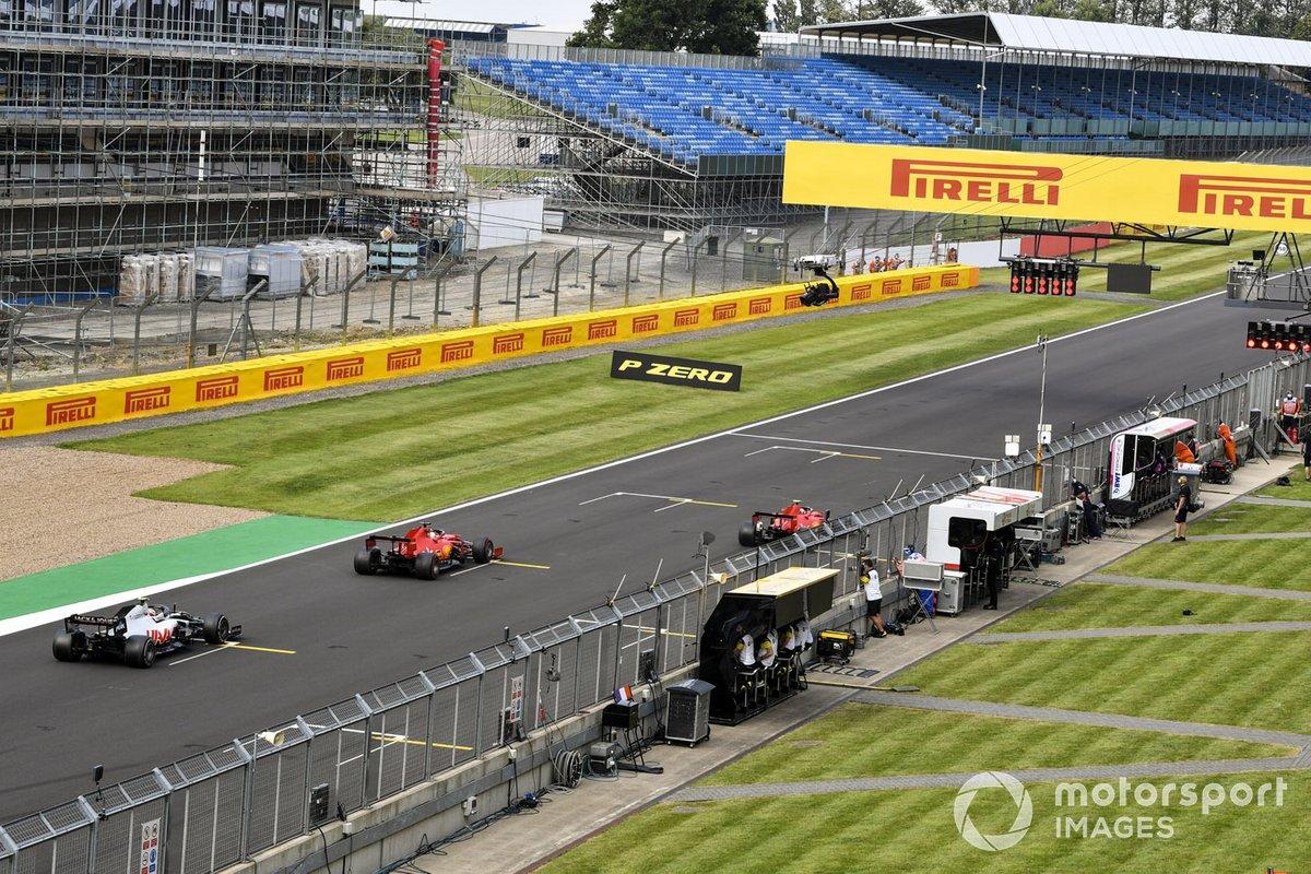 Sebastian Vettel, Ferrari SF1000, y Kevin Magnussen, Haas VF-20