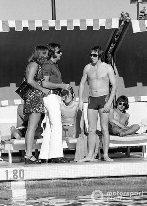 Emerson y Maria Helena Fittipaldi se unen a Jackie Stewart en la piscina