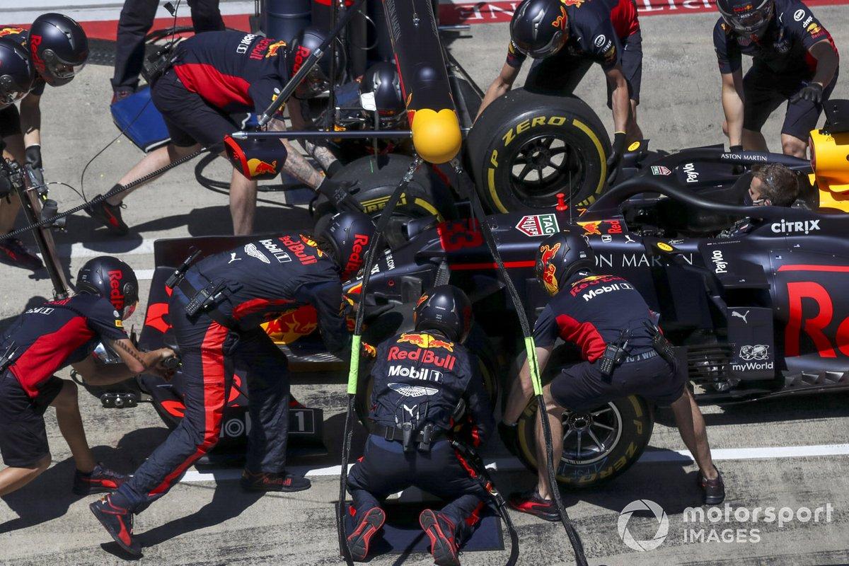 Práctica de parada en boxes para Red Bull con el coche de Max Verstappen, Red Bull Racing RB16