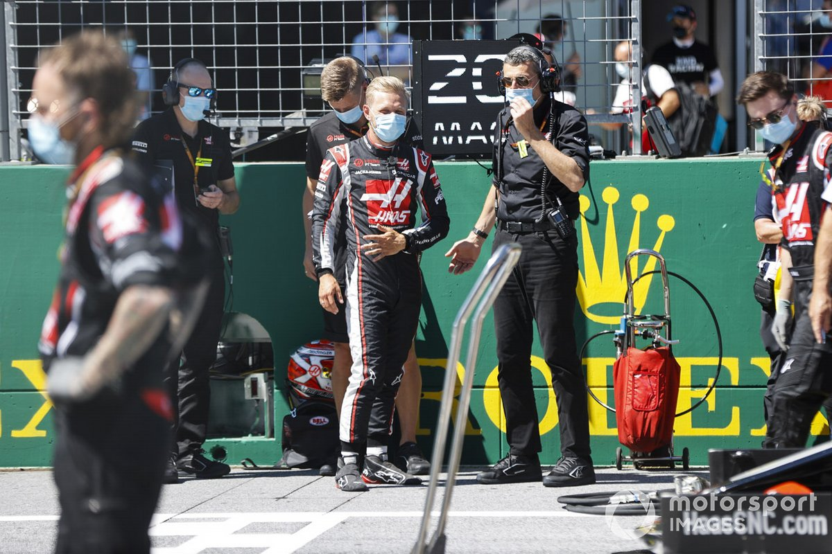 Kevin Magnussen, Haas F1, and Guenther Steiner, Team Principal, Haas F1, on the grid