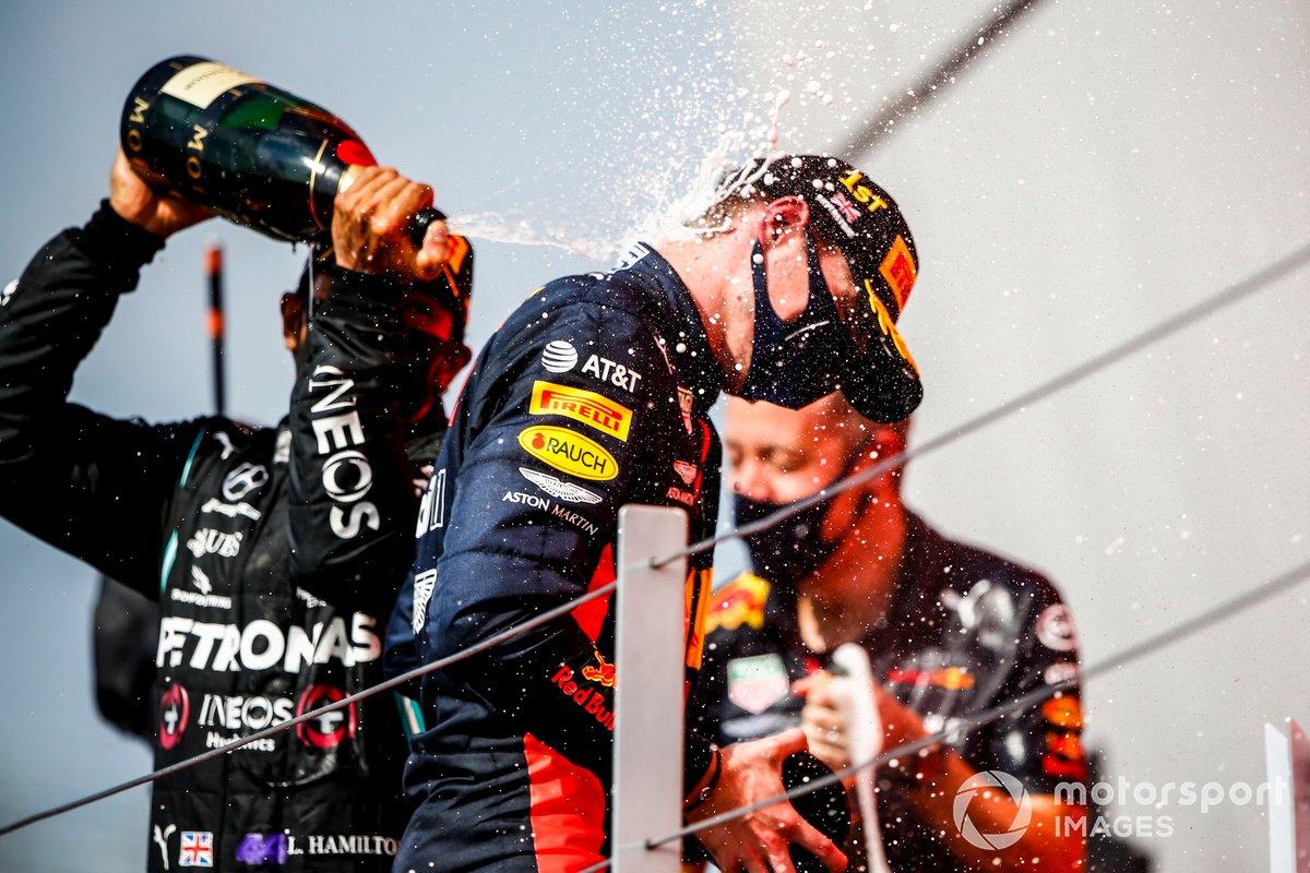 Podio: ganador de la carrera Max Verstappen, Red Bull Racing, segundo lugar Lewis Hamilton, Mercedes AMG F1