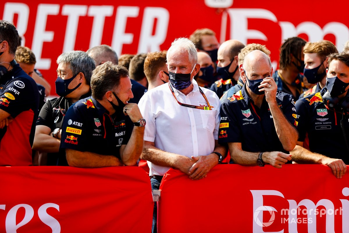 Christian Horner, Team Principal, Red Bull Racing, Helmut Marko, Consulente, Red Bull Racing, Adrian Newey, Direttore tecnico, Red Bull Racing, e il team Red Bull festeggiano per la vittoria di Max Verstappen, Red Bull Racing