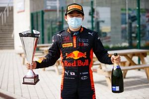 Yuki Tsunoda, Carlin poses with his winner's trophy and champagne