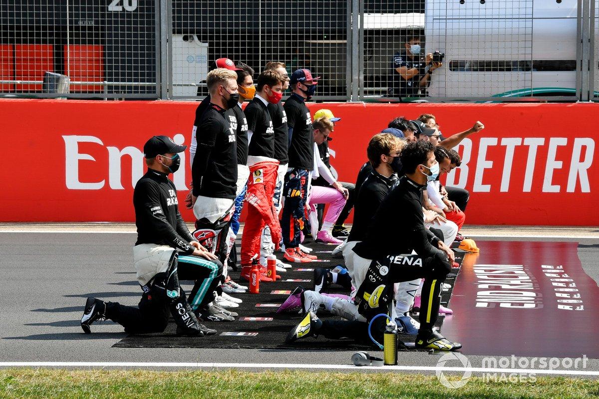 Los pilotos se paran y se arrodillan en la parrilla antes del comienzo por la campaña para el fin del racismo