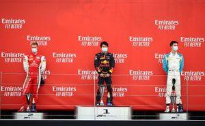 Podium: winnaar Yuki Tsunoda, Carlin, tweede Mick Schumacher, Prema Racing, derde Jack Aitken, Campos Racing