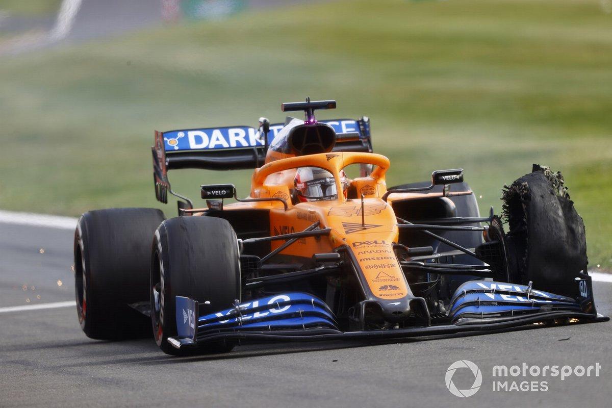 Carlos Sainz, McLaren MCL35 con una gomma forata