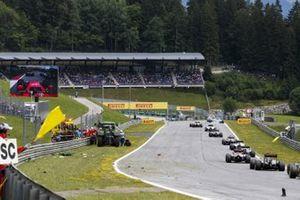 El Safety Car reagrupa al pelotón mientras los comisarios retiran los coches de Kimi Raikkonen, Ferrari SF-15T, y Fernando Alonso, McLaren MP4-30 Honda, tras su accidente
