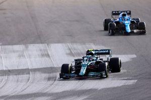 Sebastian Vettel, Aston Martin AMR21, Fernando Alonso, Alpine A521, e George Russell, Williams FW43B