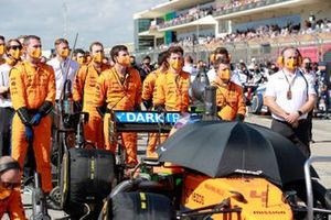 McLaren monteurs op de grid voor de start