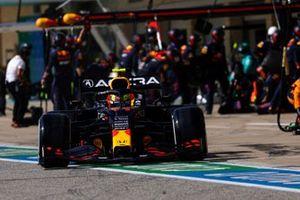 Sergio Perez, Red Bull Racing RB16B, lascia il suo box dopo una sosta