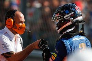 Daniel Ricciardo, McLaren, arriveert in Parc Ferme
