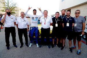 Daniel Ricciardo, McLaren,1984 Dale Earnhardt Wrangler Chevrolet Monte Carlo NASCAR con Zak Brown, CEO, McLaren Racing