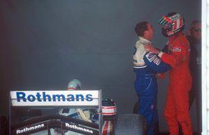Gerhard Berger, Ferrari si congratula con Nigel Mansell, Williams