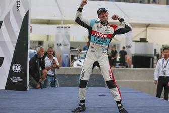 Race winner Gordon Shedden, Audi Sport Leopard Lukoil Team Audi RS 3 LMS