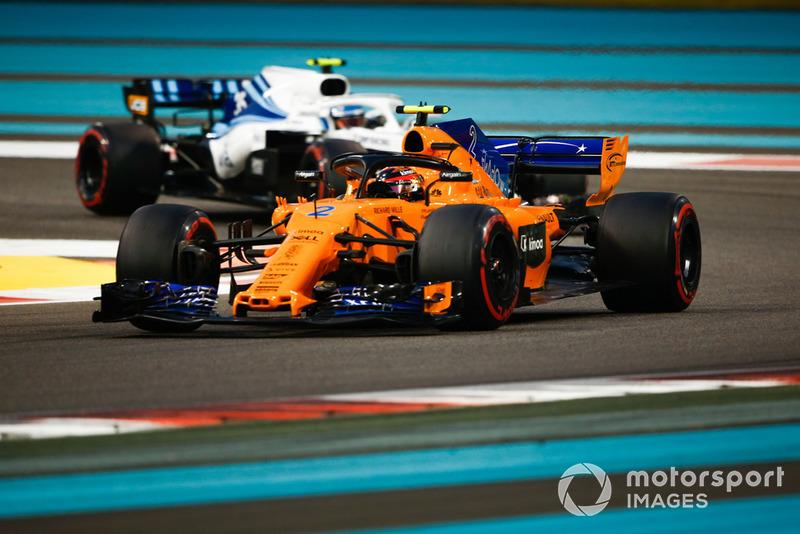 Stoffel Vandoorne, McLaren MCL33 leads Sergey Sirotkin, Williams FW41
