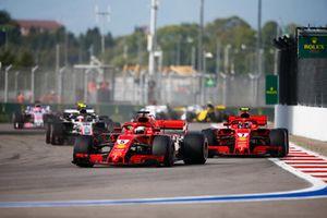 Sebastian Vettel, Ferrari SF71H, devant Kimi Raikkonen, Ferrari SF71H, et Kevin Magnussen, Haas F1 Team VF-18