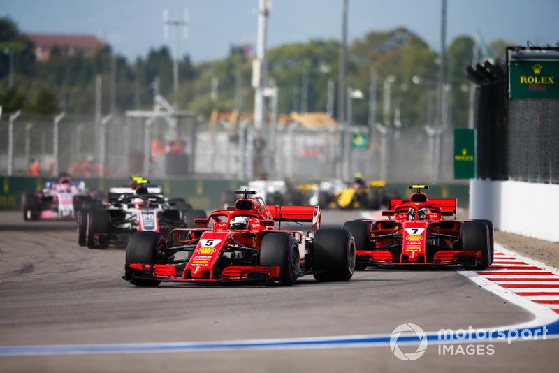 Sebastian Vettel, Ferrari SF71H, Kimi Raikkonen, Ferrari SF71H, Kevin Magnussen, Haas F1 Team VF-18