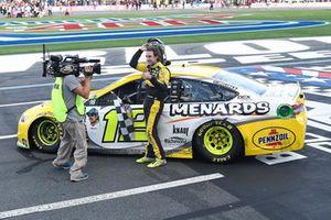 Ryan Blaney, Team Penske, Ford Fusion Menards/Pennzoil, festeggia dopo la vittoria
