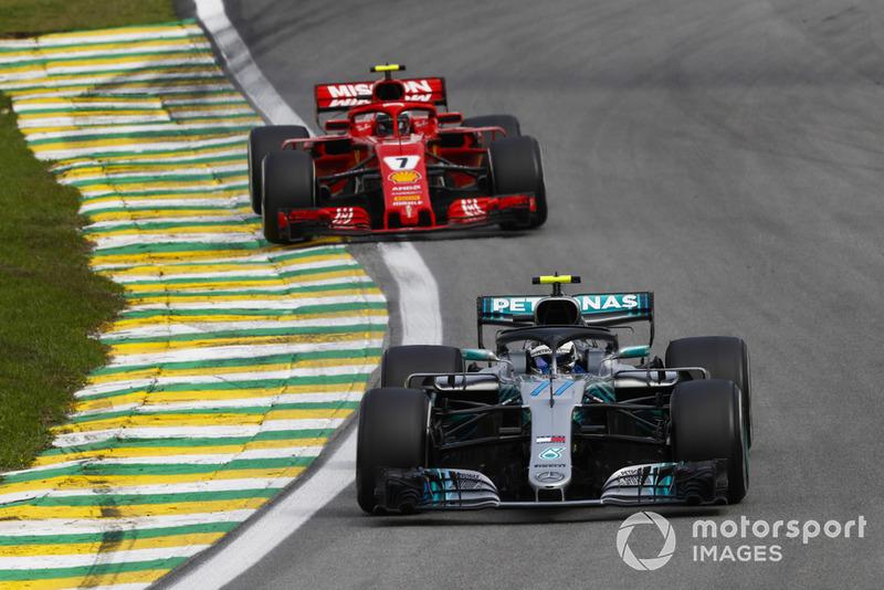 Valtteri Bottas, Mercedes AMG F1 W09, devant Kimi Raikkonen, Ferrari SF71H.
