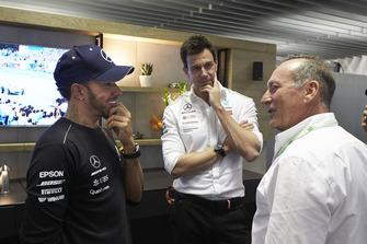 Гонщик Mercedes AMG F1 Льюис Хэмилтон, Хуан-Мануэль Фанхио II и руководитель команды Тото Вольф