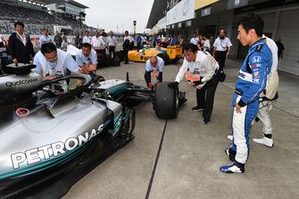Kazuki Nakajima et Takuma Sato regardent la Mercedes-AMG F1 W09 lors du tour de démonstration des Légendes