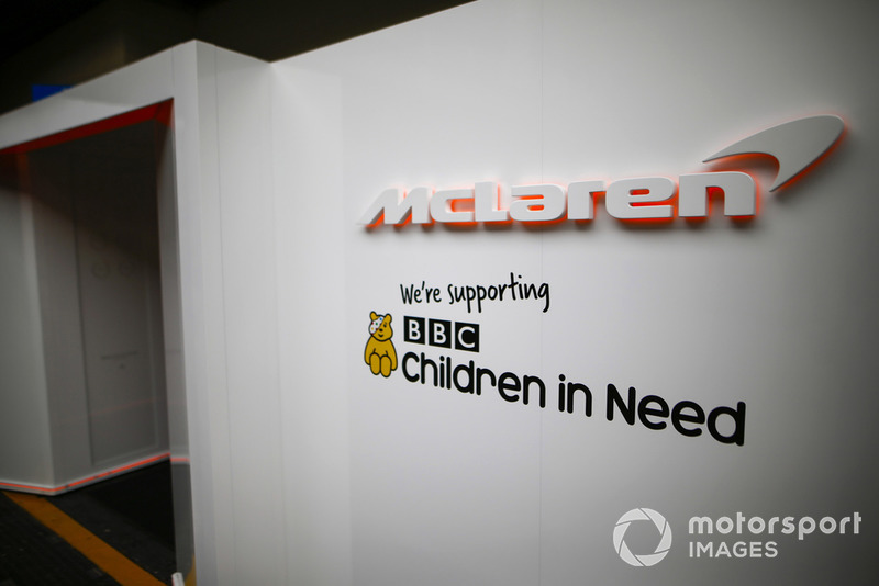 Logo badan amal BBC Children in Need di pintu masuk garasi McLaren