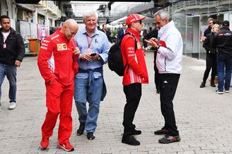 Mark Arnall, Entrenador, Roger Benoit, Periodista, Kimi Raikkonen, Ferrari y Beat Zehnder, Alfa Romeo Sauber Director del equipo de F1