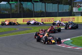 Max Verstappen, Red Bull Racing RB14 voor Sebastian Vettel, Ferrari SF71H