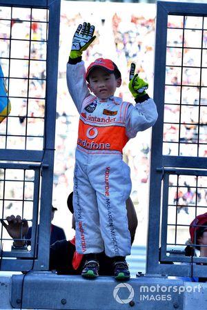 Un giovane tifoso McLaren