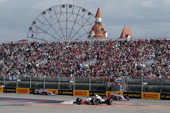 Kevin Magnussen, Haas F1 Team VF-18, Esteban Ocon, Racing Point Force India VJM11 en Sergio Perez, Racing Point Force India VJM11