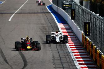Max Verstappen, Red Bull Racing RB14, Charles Leclerc, Sauber C37