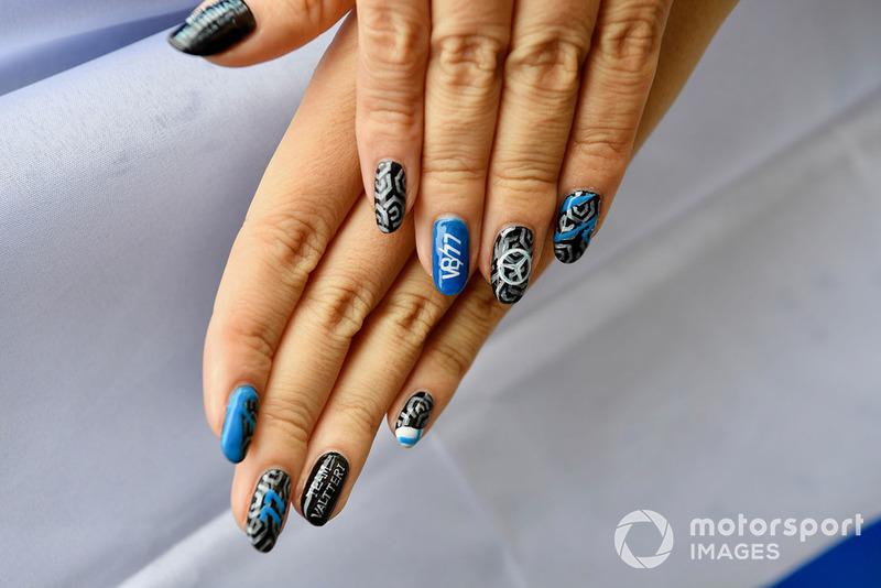 Fan con uñas pintadas
