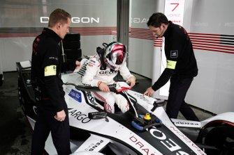 Jose Maria Lopez, GEOX Dragon Racing klimt in zijn Penske EV-3 in de garage