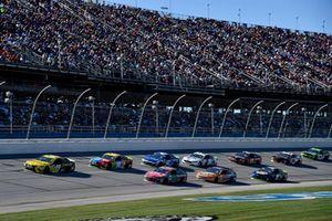 Kyle Busch, Joe Gibbs Racing, Toyota Camry M&M's, precede un gruppo di auto